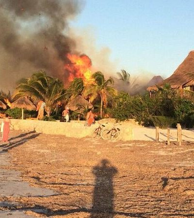 Consume incendio hotel Villas Flamingo en Holbox