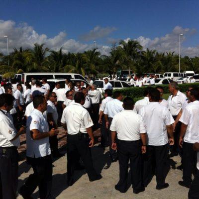 BLOQUEO TAXISTA EN ZONA HOTELERA: Durante 5 horas, cientos de choferes cierran acceso al hotel Iberostar Cancún por el conflicto del 'pirataje'; lanza Borge amagos para hacerlos volver al redil