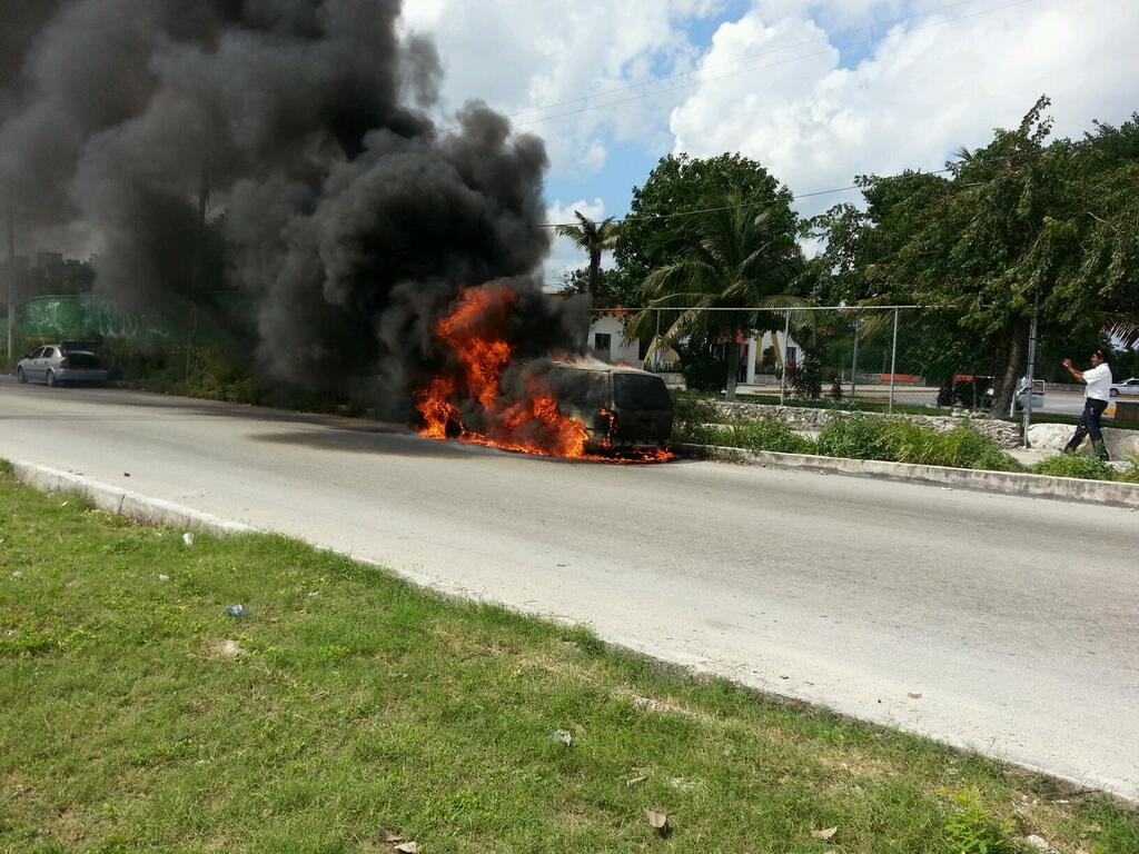 Se queman 2 vehículos en Cancún