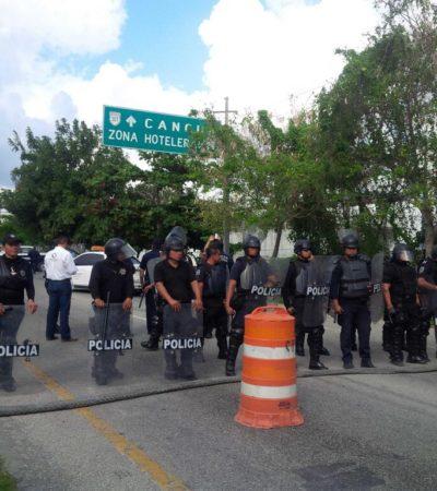 """CAOS EN LA ENTRADA A CANCÚN: Bloquean policías la carretera federal para impedir el paso a 300 taxistas de Tulum que reclaman liberación de líder; desde Twitter, Borge """"ordena restaurar el orden"""" y desalojan con violencia a choferes tras 5 horas de conflicto"""