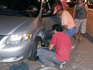 Revientan llantas de 9 vehículos por alcantarilla destapada en distribuidor vial de Cancún