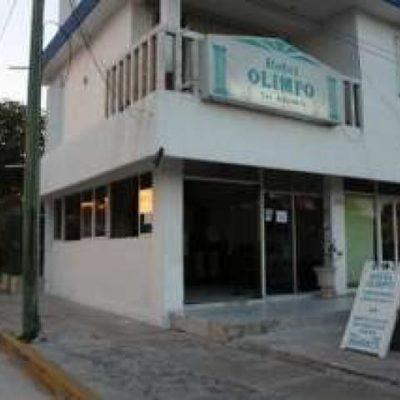 Asaltan hotel en el centro de Cancún y le disparan al recepcionista