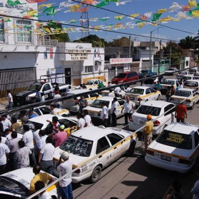 Cabildean taxistas disidentes asamblea del Suchaa para buscar destitución de líder sindical en Chetumal