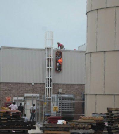 Rescatan a trabajador que sufrió accidente en el techo de centro comercial en Cancún