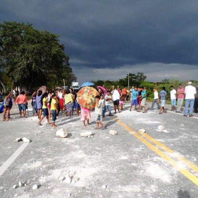 Bloquean carretera Escárcega-Chetumal por detención de habitantes del ejido Lechugal con cargamento de madera