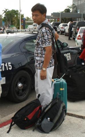 Detienen en aeropuerto de Chetumal a un chino con 10 kilos de caracol rosado