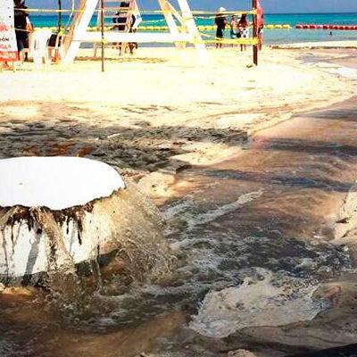 GOLPE A LA IMAGEN DE PLAYA DEL CARMEN: En plena Semana Santa, se desbordan colectores de aguas residuales en las más concurridas playas de la Riviera Maya