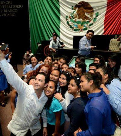 EL 'SELFIE' DE 'CHANITO': El líder del Congreso en QR, como Adrián Uribe en los premios TV Novelas
