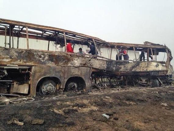 TRAGEDIA EN EL ARRANQUE DE SEMANA SANTA: Mueren calcinadas al menos 36 personas al chocar autobús de Tabasco en carretera de Veracruz