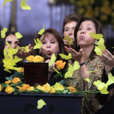 CON FLORES Y MARIPOSAS AMARILLAS: Despiden miles a Gabriel García Márquez en solemne homenaje en Bellas Artes