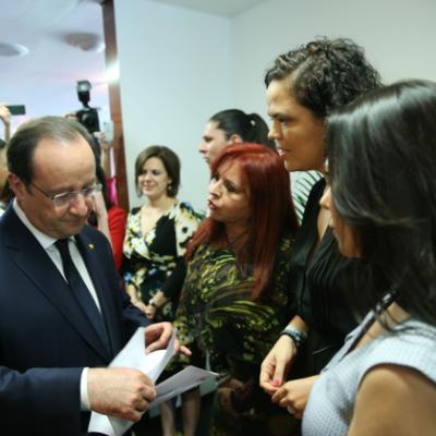 """Entregan a Hollande carta para que intervenga en el caso Maude Versini; es """"asunto privado"""", dice Peña"""