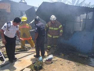 INCENDIO EN LA PROTERRITORIO: Consume fuego vivienda y parte de una bodega