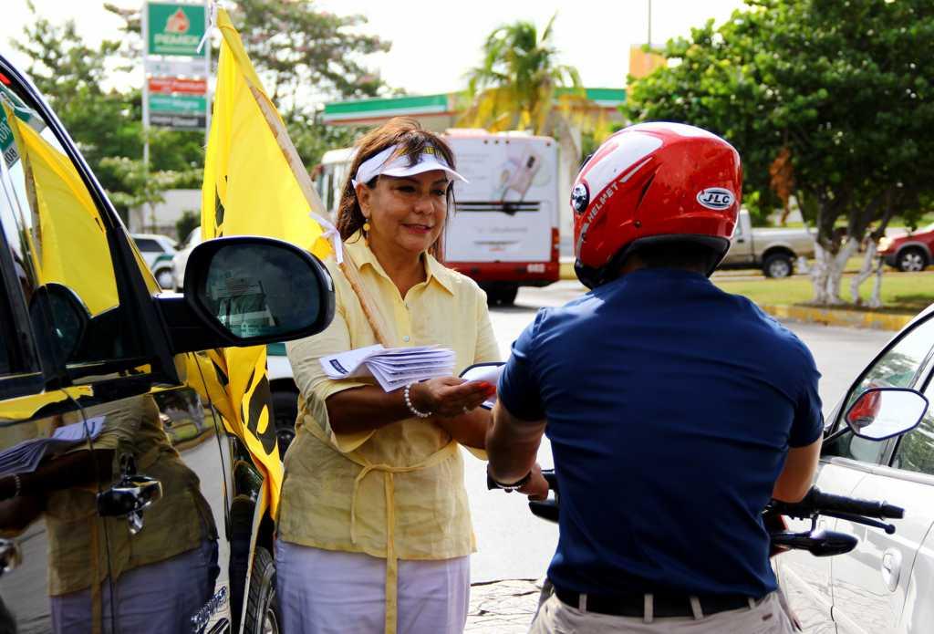 La diputada federal Graciela Saldaña Fraire encabezó un volanteo masivo  que se realizó en diferentes puntos de la ciudad de Cancún para invitar a la manifestación en defensa del petróleo y las libertades en Quintana Roo.