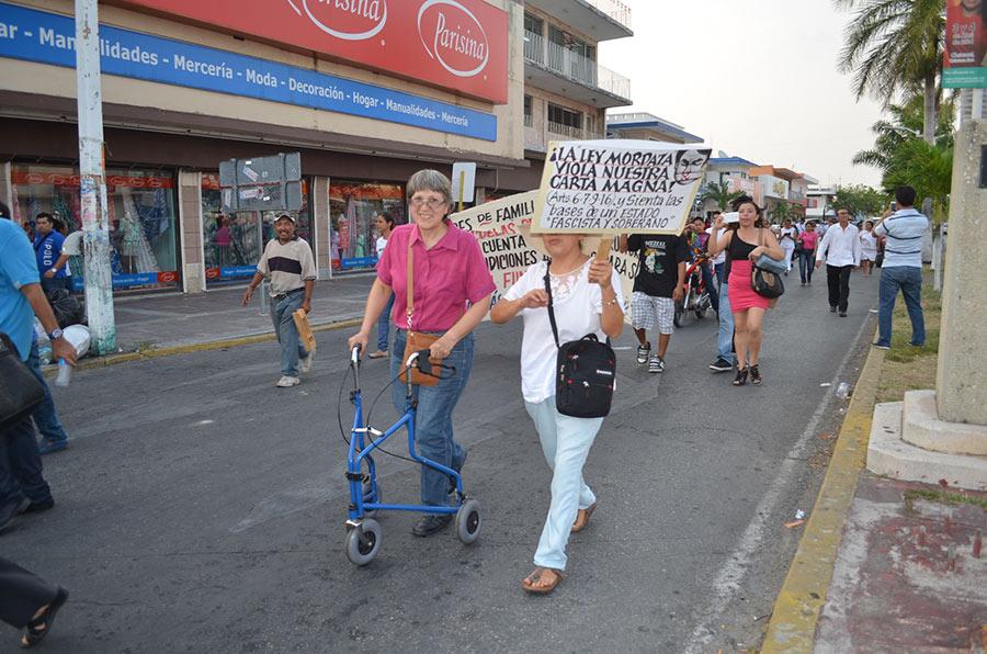 """""""EL MIEDO NO SERÁ SUFICIENTE RAZÓN PARA NO ESTAR"""": Reprimido él y su familia en desfile en Chetumal, el doctor Marco Quintanilla avisa que """"en la siguiente marcha, allí vamos a estar"""""""