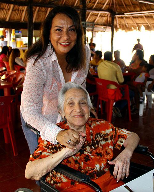 Graciela Saldaña al celebrar con mujeres quintanarroenses el Día de la Madre.
