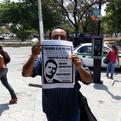 REPRESIÓN EN CANCÚN: Mientras se inauguraba el Tianguis, policías impiden a jóvenes pegar carteles contra Peña Nieto