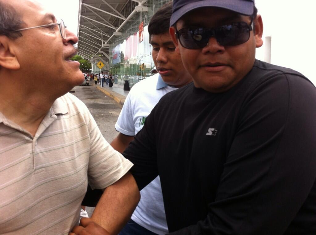 ASÍ SE LAS GASTAN: Frente al Alcalde, atracan a reportero de Luces del Siglo… ¡y los policías cubren fuga del ladrón!