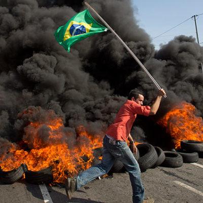 SE CALIENTA EL MUNDIAL EN BRASIL: Protestas callejeras contra la cumbre del futbol generan caos en Sao Paulo