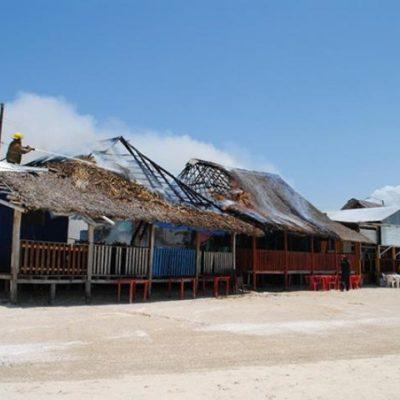 Consume incendio dos restaurantes en Calderitas