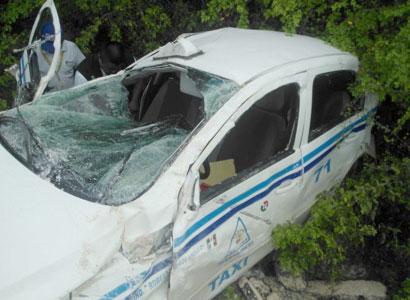 Muere taxista en volcadura en carretera de Bacalar