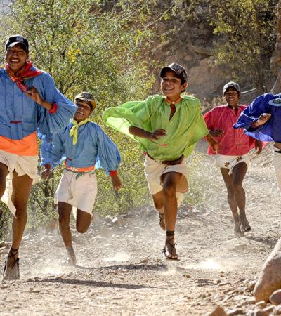 TARAHUMARAS, LOS MÁS RESISTENTES: Verdaderos atletas de 'pies ligeros', corren desde pequeños ayudados por la genética y el pinole