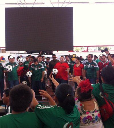 LO QUE NO SE VIO DEL MUNDIAL EN CANCÚN: Borge regala balones y camisetas del TRI para apaciguar rechifla en el 'Toro Valenzuela'