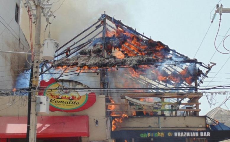INCENDIO EN PLAYA: Consume el fuego restaurante-bar en plena zona turística