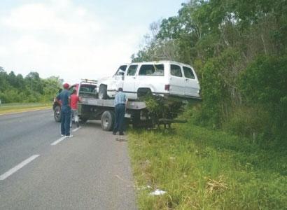 Aparatosa volcadura de una Suburban en la carretera Bacalar-Chetumal deja 10 heridos; tres están graves