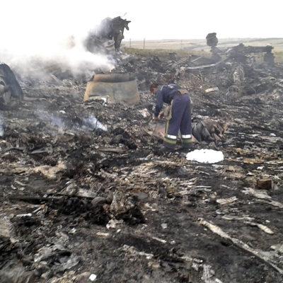 Acusa Ucrania a prorrusos de borrar evidencias del derribo de avión malasio