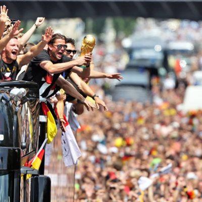 """""""COMO EL DÍA EN QUE EL MURO CAYÓ"""": Con fiesta nacional, reciben como héroes a los tetracampeones en Berlín"""