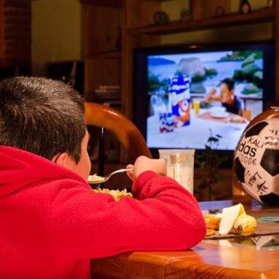 Quitan publicidad de comida chatarra en la barra infantil de la televisión abierta