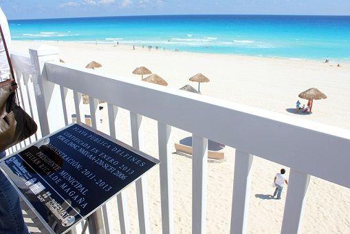 La placa que cerifica la calidad de Playa Delfines y que fue colocada en 'El Mirador' por el gobierno de Julián Ricalde fue removida por la administración de Paul Carrillo.