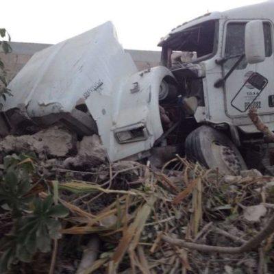 Aparatoso choque de trailer contra Van sin víctimas en Cancún