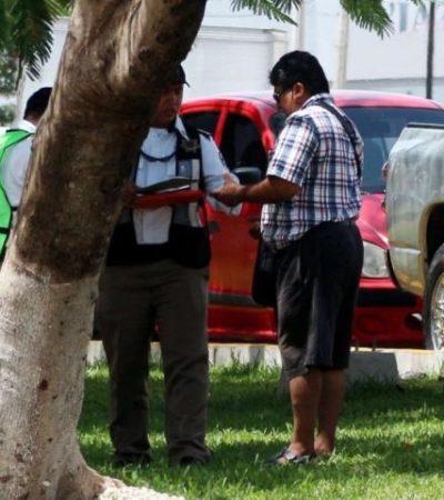 'CACERÍA' SOBRE LA AVENIDA TULUM: Captan en fotos 'mordida' de agente de Tránsito en Cancún