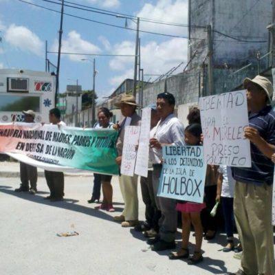 """COMUNEROS DE HOLBOX, """"PRESOS POLÍTICOS"""": Con plantón afuera de la cárcel, reclaman liberación de los 16 detenidos en operativo de la Profepa"""