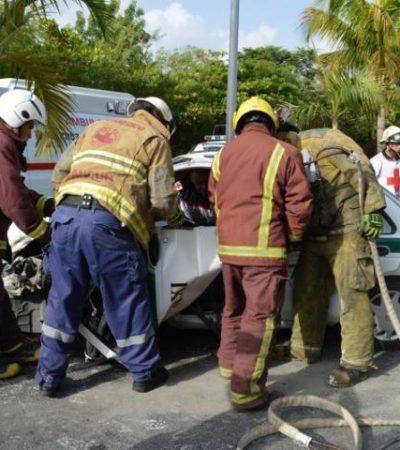 Choca taxi contra palmera en Zona Hotelera de Cancún