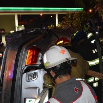 TRÁGICO ACCIDENTE: Muere conductor al estrellar BMW en la entrada del fraccionamiento Villas del Mar III; un herido