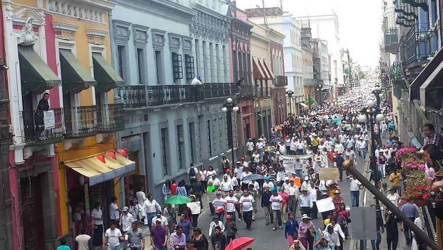 """""""QUE SE VAYA"""": Marchan más de 10 mil en Puebla y exigen juicio político contra Moreno Valle por 'Ley Bala'"""