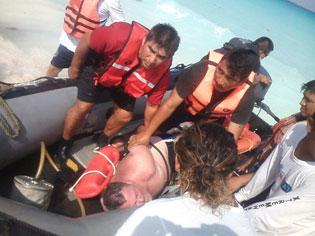 Rescatan a turista de EU que entró al mar en Cancún para suicidarse tras discutir con su novia
