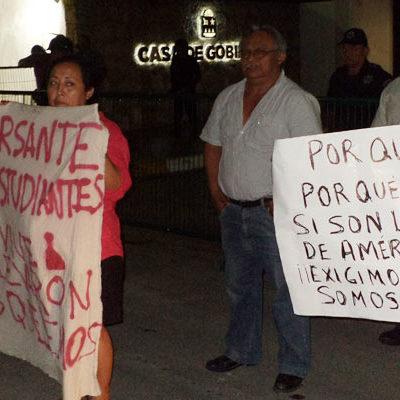 INDIGNACIÓN HASTA LAS PUERTAS DE LA CASA DE GOBIERNO: Marchan chetumaleños en apoyo a los normalistas de Ayotzinapa