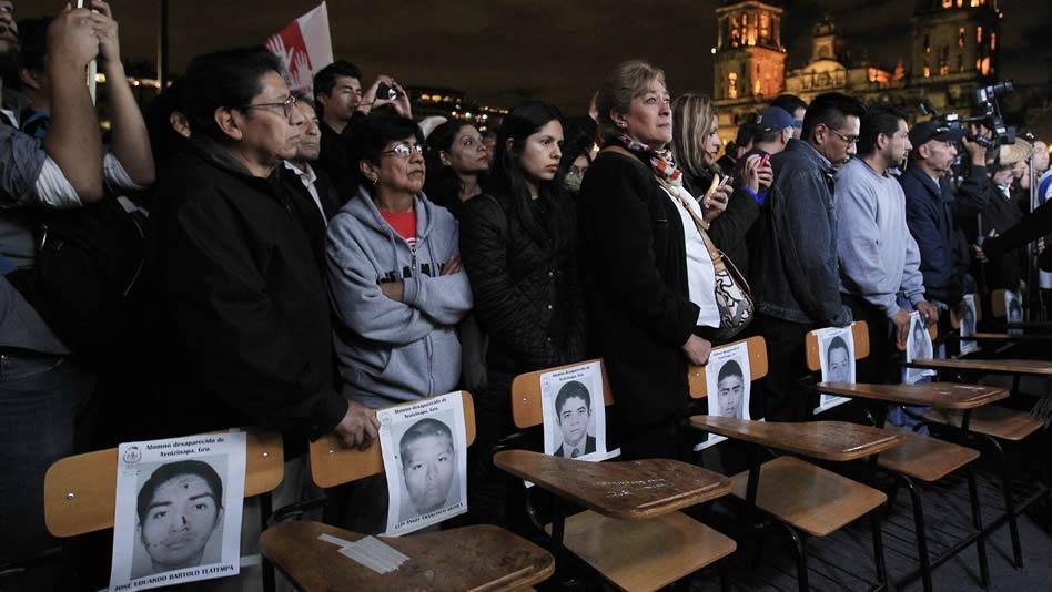 """""""VIVOS SE LOS LLEVARON, VIVOS LOS QUEREMOS"""": Resuenan protestas en todo México para exigir la aparición de los 43 normalistas de Ayotzinapa"""
