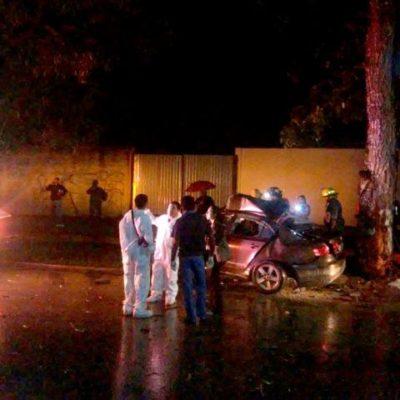 ACCIDENTE MORTAL EN CHETUMAL: Por alcohol y exceso de velocidad, choca auto contra árbol; 2 muertos; el conductor, vive
