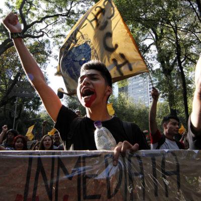 Normalistas causan destrozos en oficinas del PAN y Panal y 'clausuran' gobierno de Michoacán