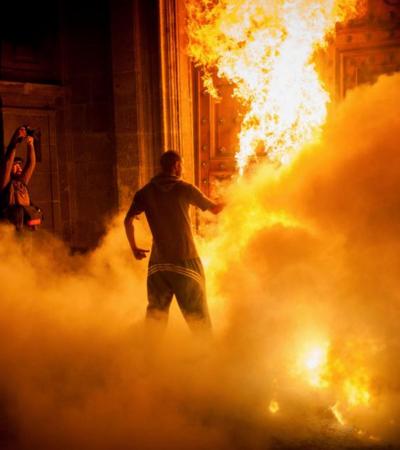 PROTESTAS EN EL ZÓCALO POR AYOTZINAPA: Marchan miles en paz por desaparición de normalistas y pocos prenden fuego a la puerta de Palacio Nacional