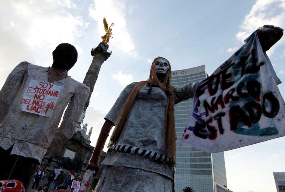 """""""SE NECESITA SANGRE TIPO ZAPATA"""": Retumban protestas por desaparecidos de Ayotzinapa y piden renuncia de Peña Nieto"""