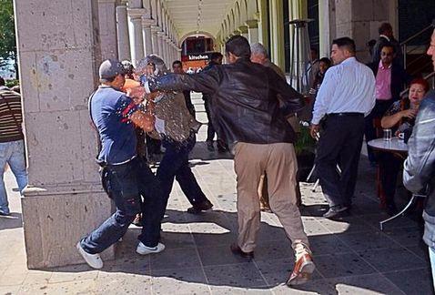 ¿OTRA PROVOCACIÓN PARA DISTRAER?: Insultan y agreden al Senador Alejandro Encinas afuera de cafetería en Xalapa