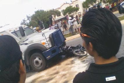 Muere pareja que fue arrollada por un camión de transporte de valores cuando iban en moto en Cancún