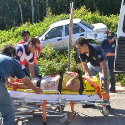 Por exceso de velocidad y gravilla suelta, se vuelca automóvil con dos maestras en carretera FCP-Mérida