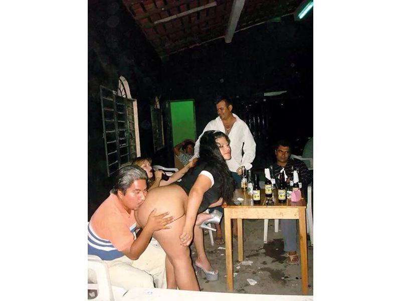 Balconean a tesorero de Puerto Escondido 'enfiestado' en un prostíbulo