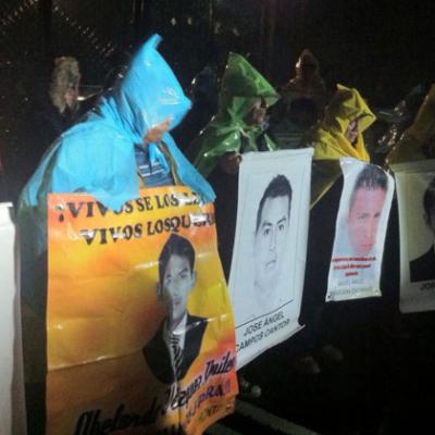 MÉXICO ROTO: Peña desea 'unidad' en Navidad; padres de normalistas protestan en las inmediaciones de Los Pinos